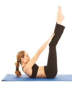 ejercicios-en-casa-abdominales-con-la-piernas-levantadas-y-estiradas