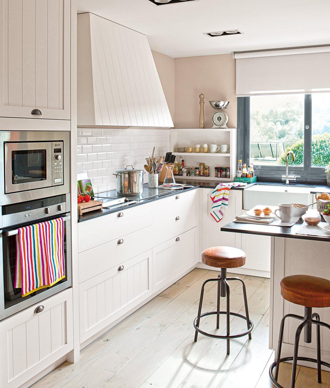 cocina_con_l_con_isla_y_taburetes_tipo_industrial_1088x1280