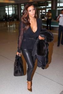 kim-kardashian-fondo-de-armario-pantalon-de-cuero-y-chaqueta-con-escote-negro