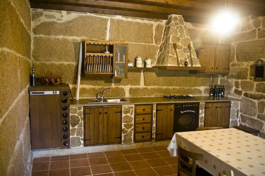 Cocinas rusticas de piedra pared muebles madera for Barbacoas para cocinas interiores