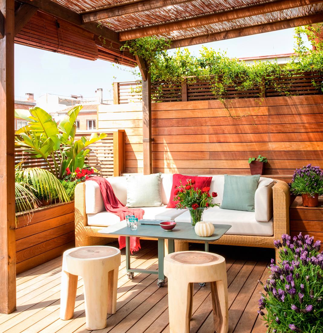 terraza-con-tarima-pared-de-lamas-de-madera-horizontal-sofa-de-fibra ...