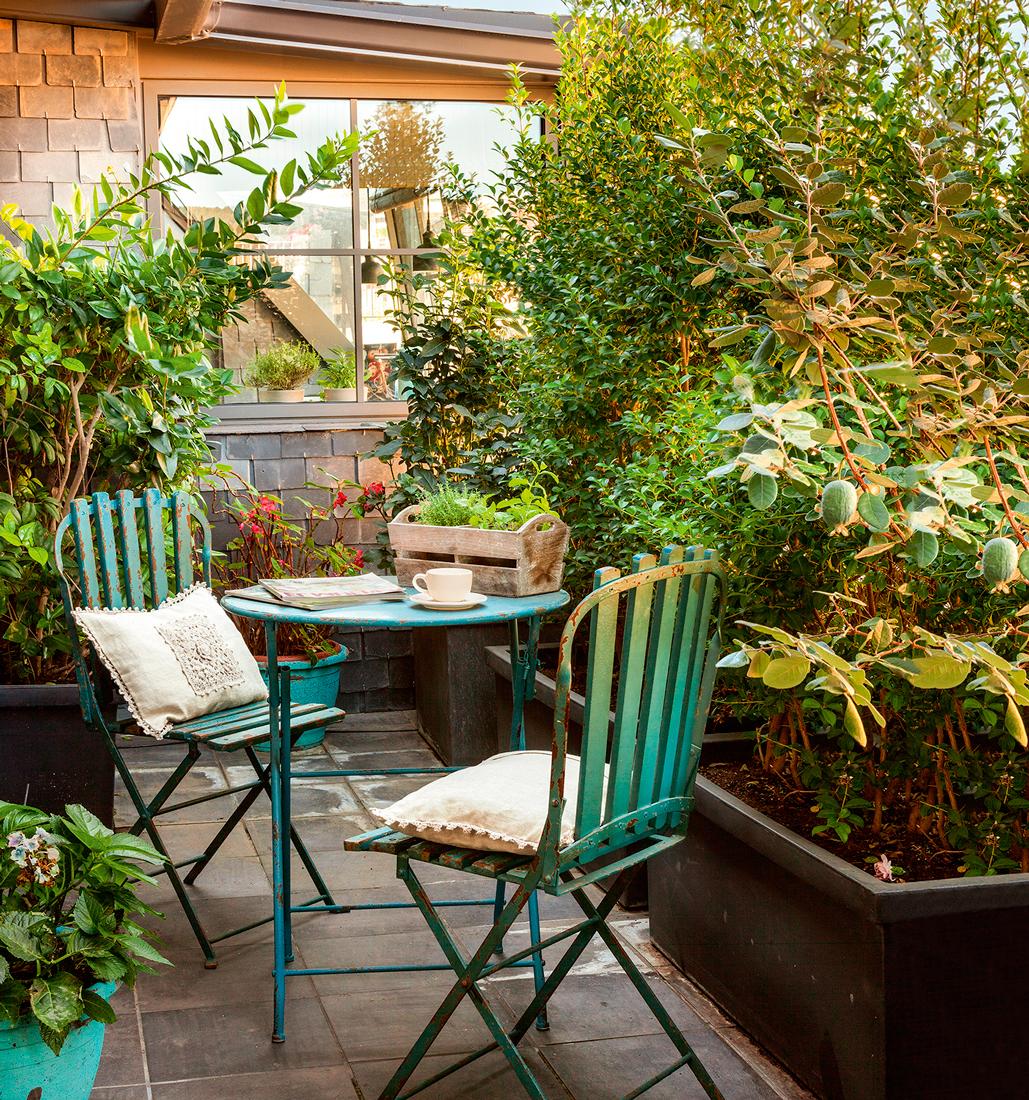 Terraza pequena con baldosas mesa y sillas de jardin de metal en verde agua decapado y - Baldosas de hormigon para jardin ...