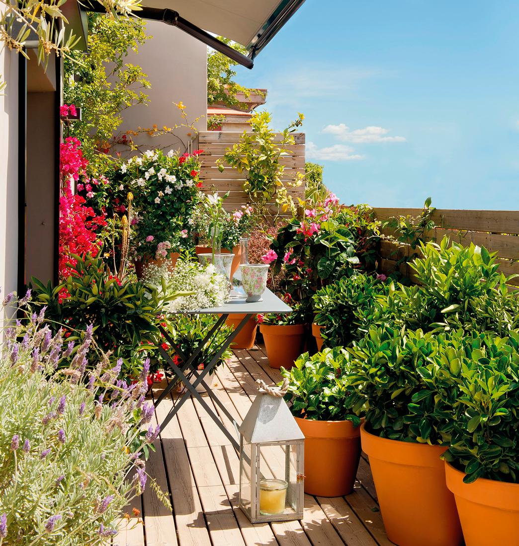 Terraza pequena con mesa plegable de jardin de metal for Decoracion macetas jardin