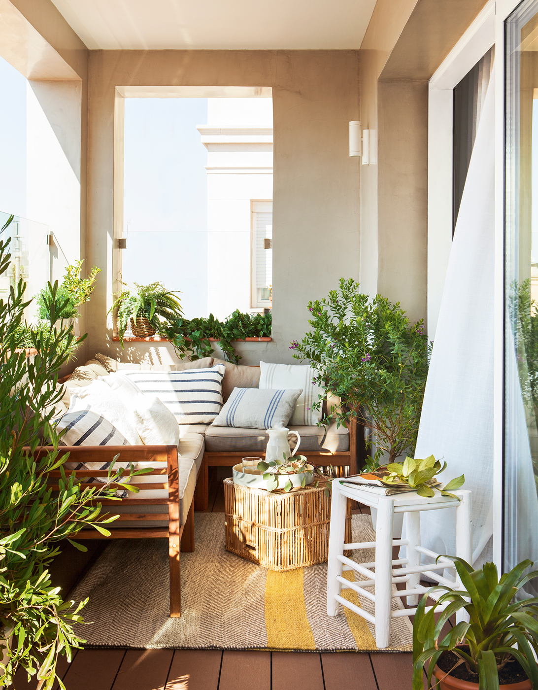 Terraza pequena cubierta con sofa rinconero mesa de centro for Sofa de madera para terraza